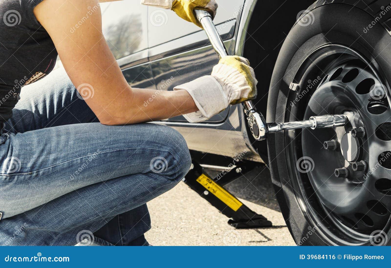 voiture changeante de pneu de femme photo stock image 39684116. Black Bedroom Furniture Sets. Home Design Ideas