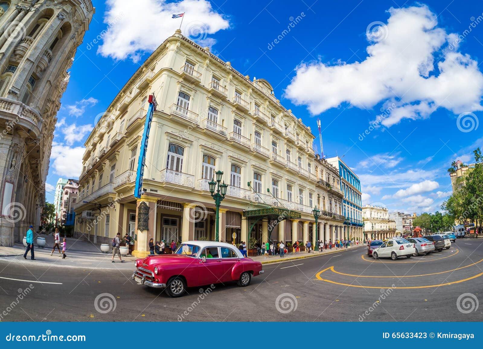 Voiture classique à côté d un hôtel célèbre à La Havane