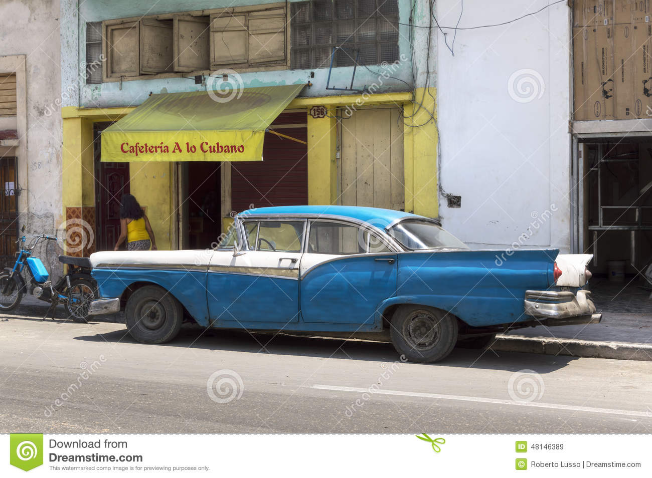 voiture classique am ricaine devant un caf local la havane cuba image stock ditorial. Black Bedroom Furniture Sets. Home Design Ideas