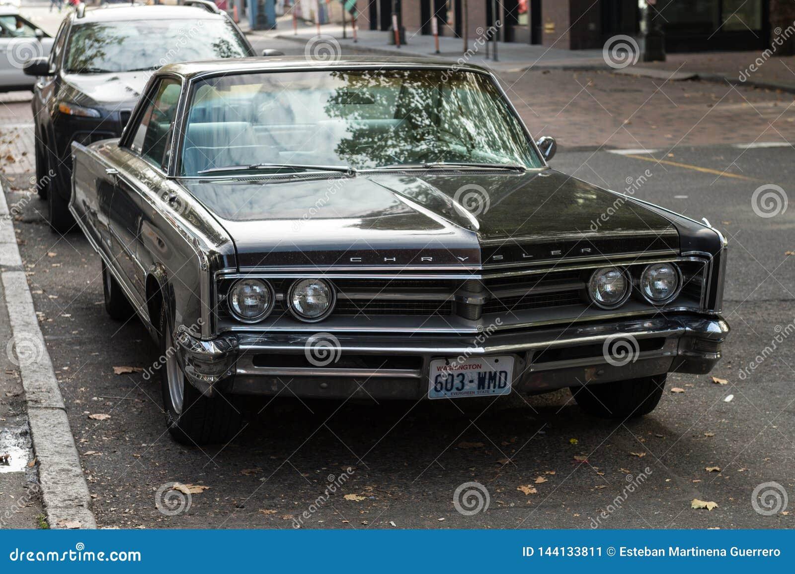 Voiture classique de Chrysler dans une rue à côté de place occidentale à Seattle, Washington, Etats-Unis