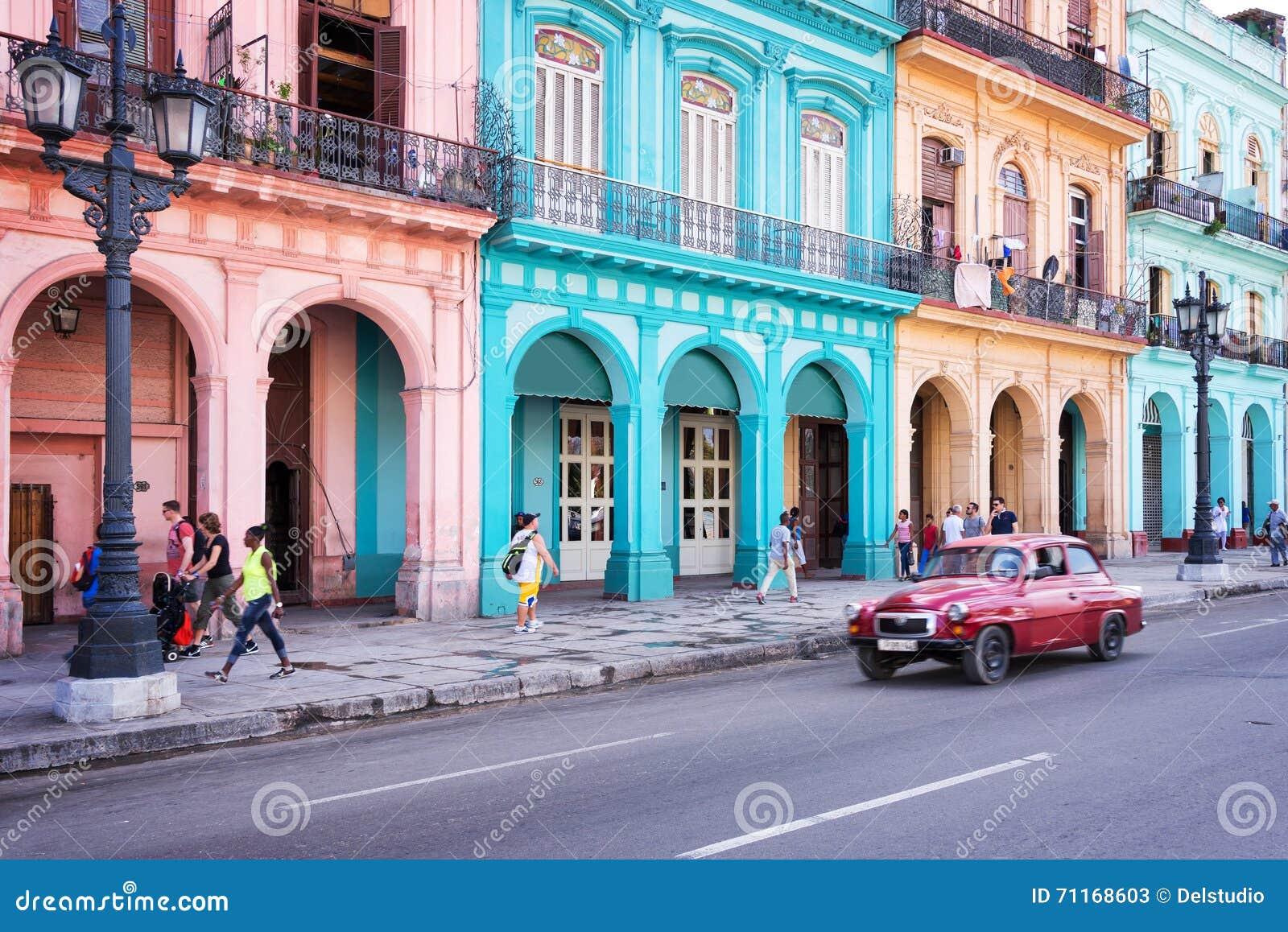 Voiture classique de vintage et bâtiments coloniaux colorés dans la rue principale de vieille La Havane