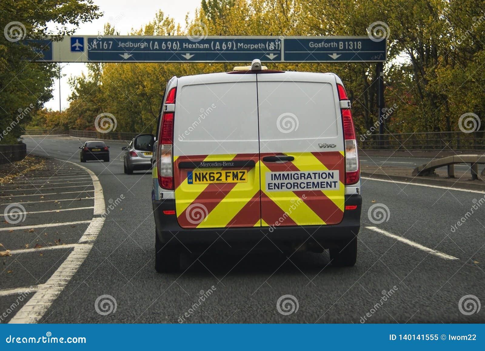 Voiture d application d immigration sur la route en Angleterre