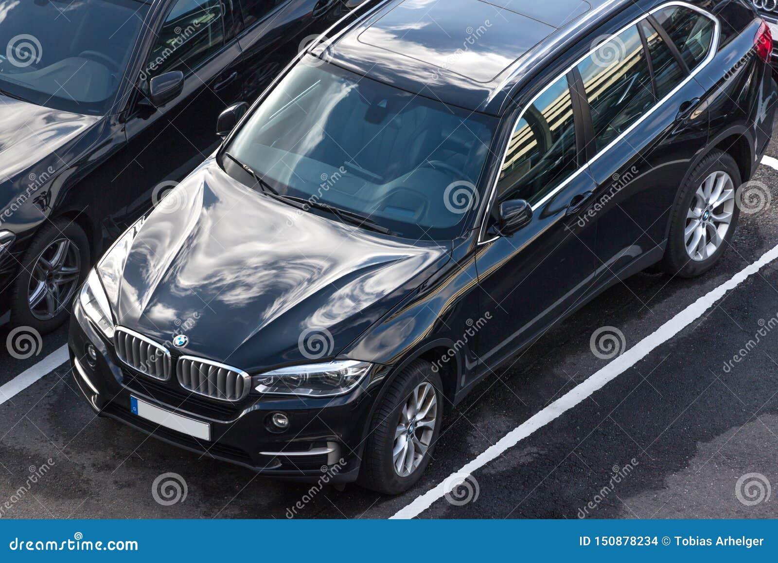Voiture de BMW en haut dedans de cologne Allemagne