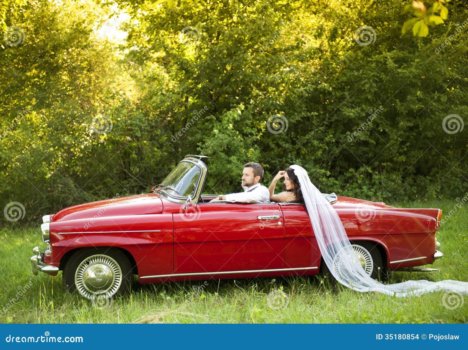 voiture de mariage avec des jeunes mari s images stock image 35180854. Black Bedroom Furniture Sets. Home Design Ideas