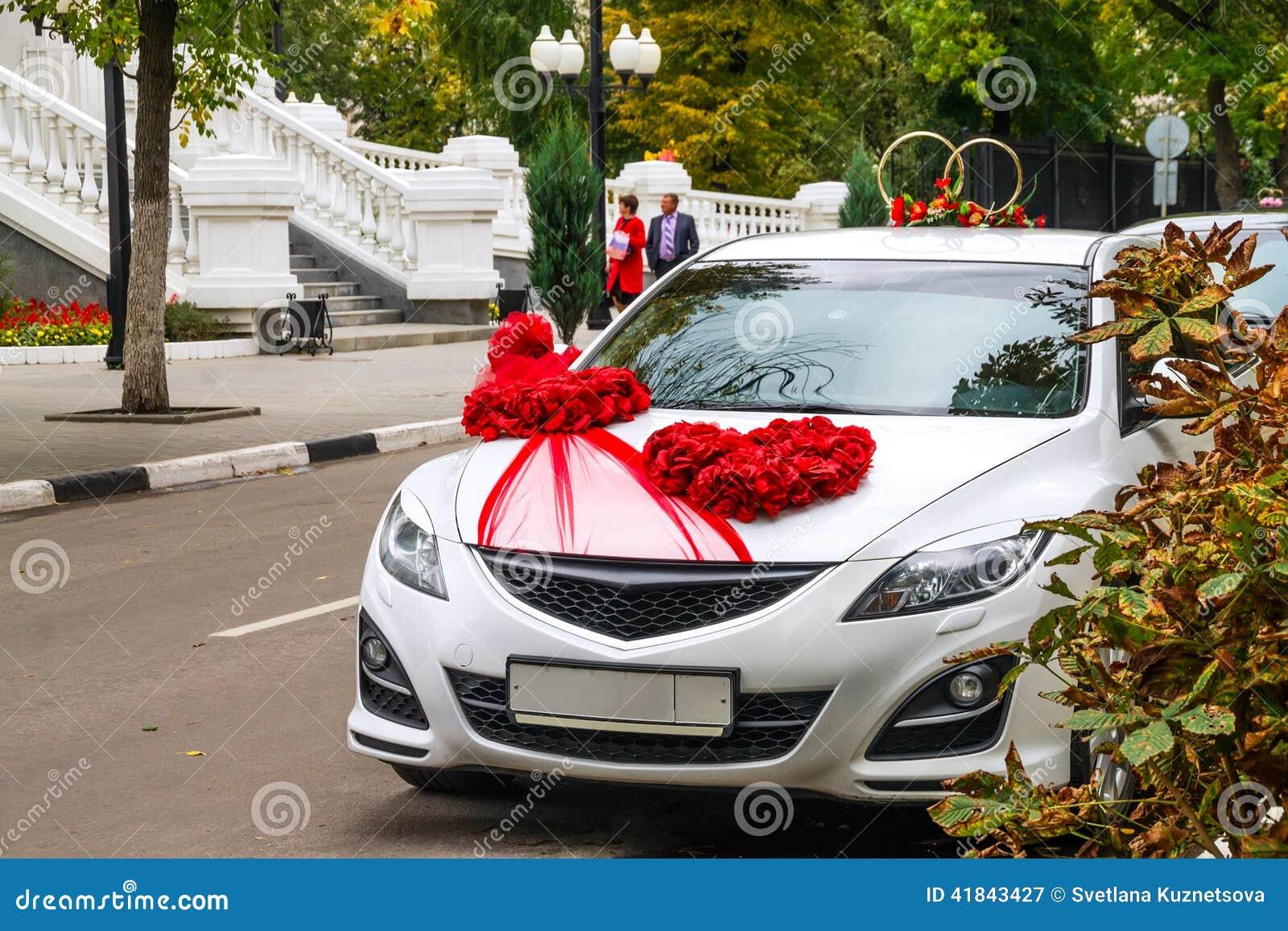 voiture de mariage dans le paysage de ville d 39 automne photographie ditorial image 41843427. Black Bedroom Furniture Sets. Home Design Ideas