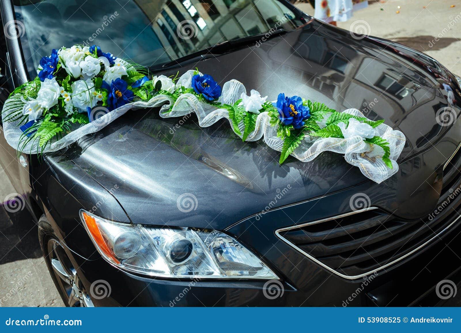 voiture de mariage d cor e des bouquets des roses blanches photo stock image 53908525. Black Bedroom Furniture Sets. Home Design Ideas