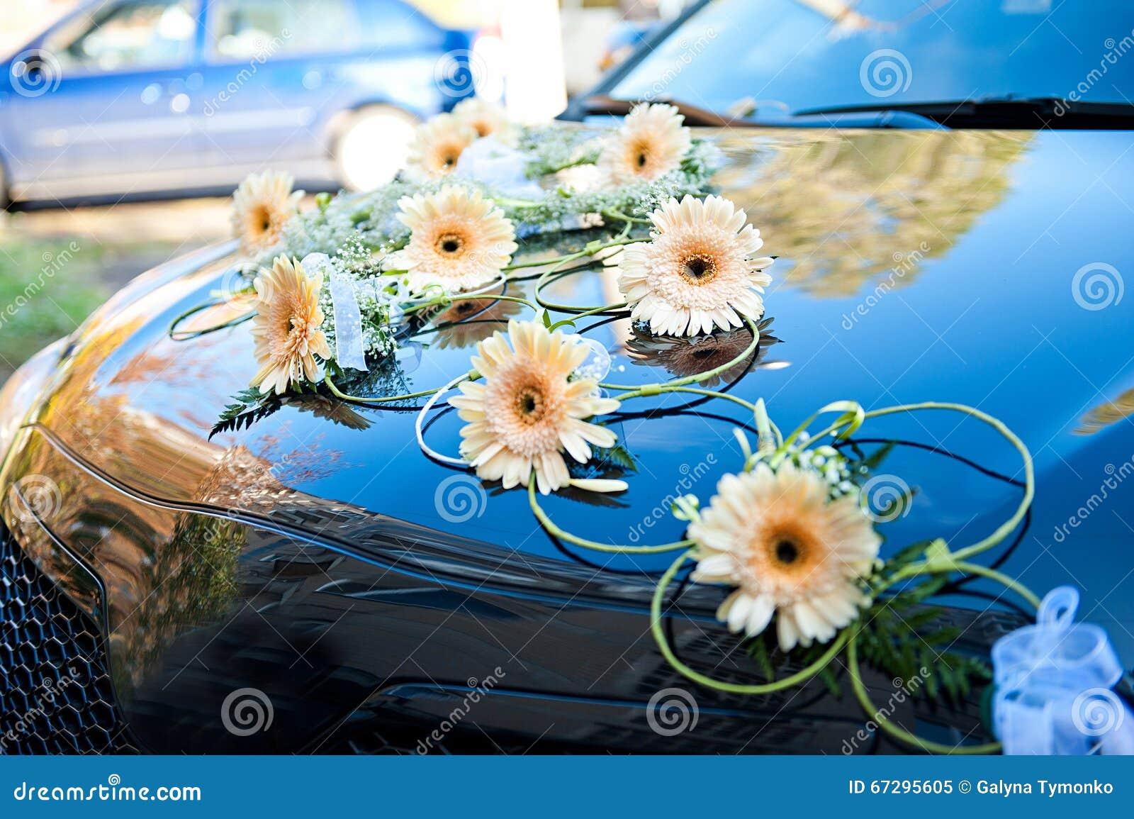 voiture de mariage dcore des fleurs sur le capot - Fleurs Capot De Voiture Mariage