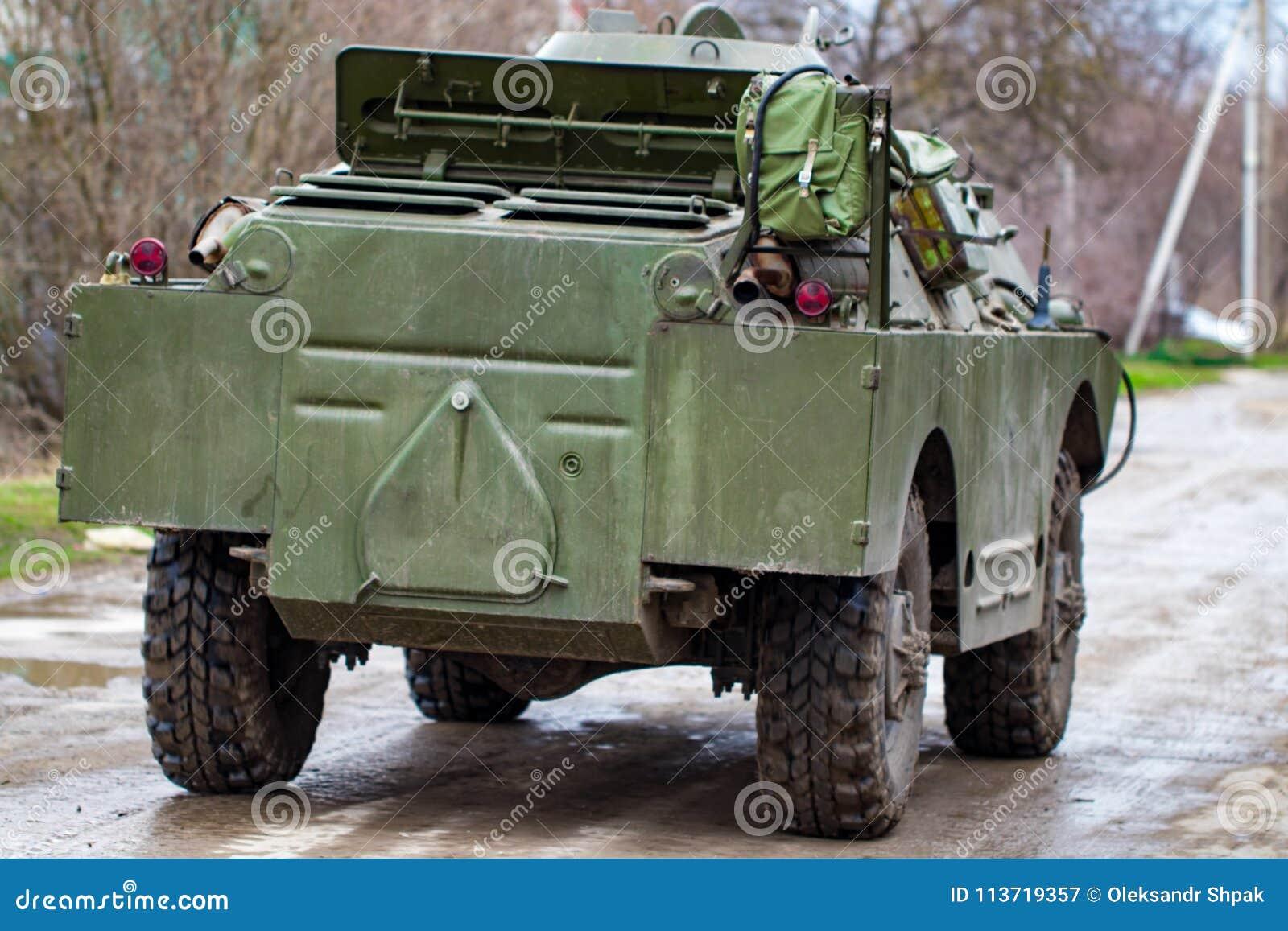 Voiture de patrouille de reconnaissance de combat BRDM-2 dans le mouvement