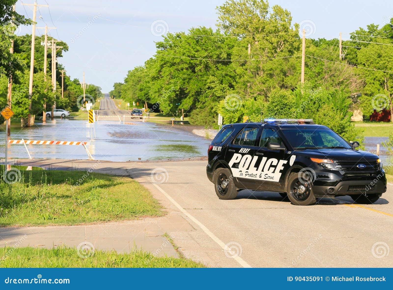 Voiture de police à une rue inondée