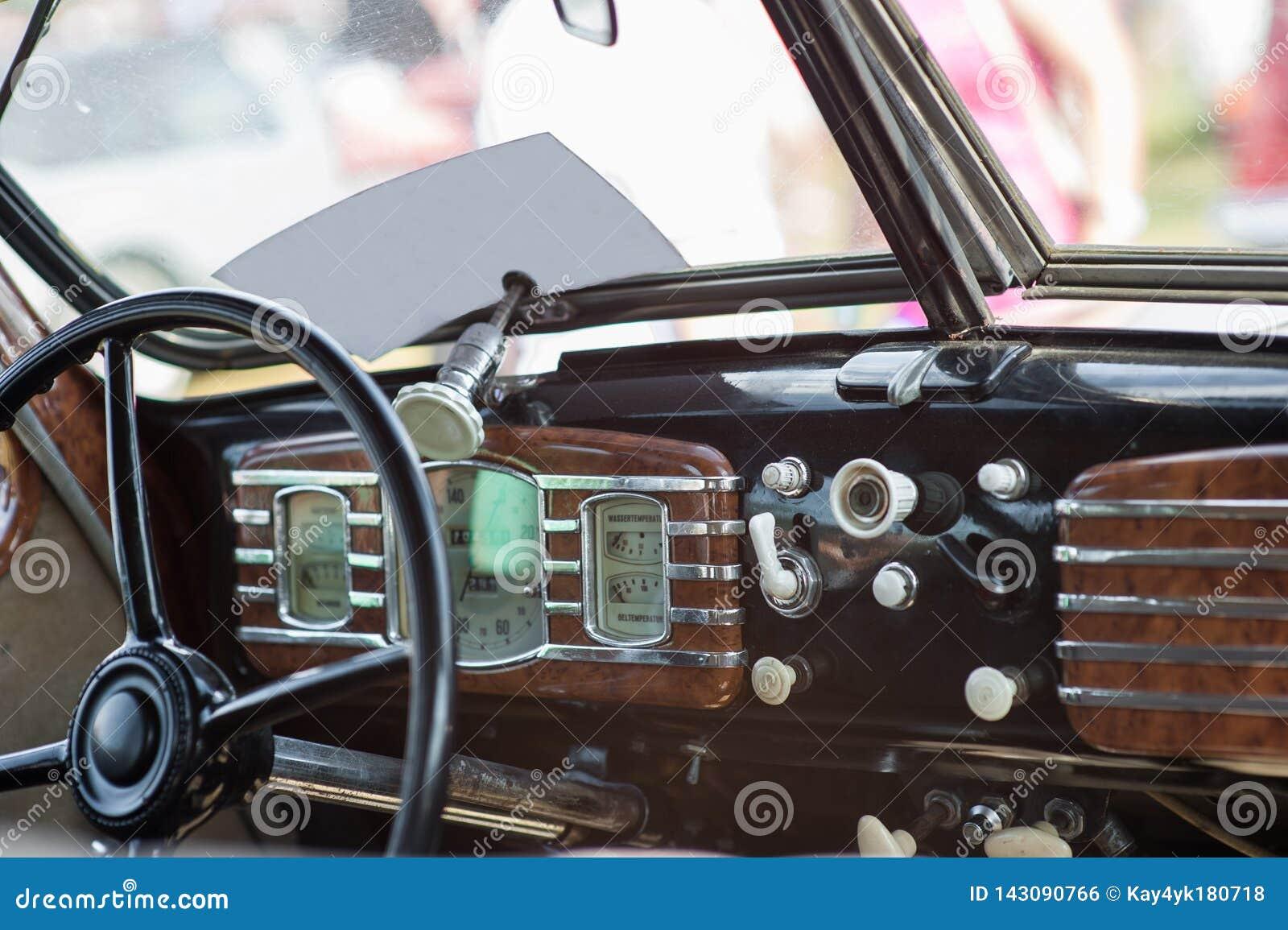 Voiture de roue de moiti? du 20?me si?cle projectile Int?rieur de vieille voiture avec la radio et les touches de commande Int?ri