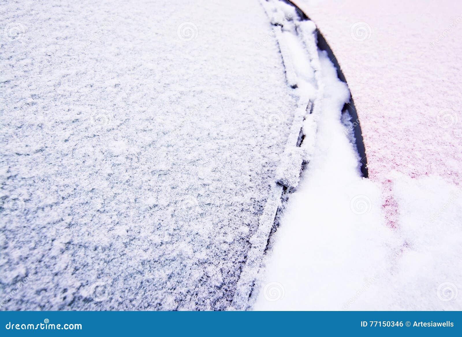 Voiture de rouge de couvertures de neige et de glace