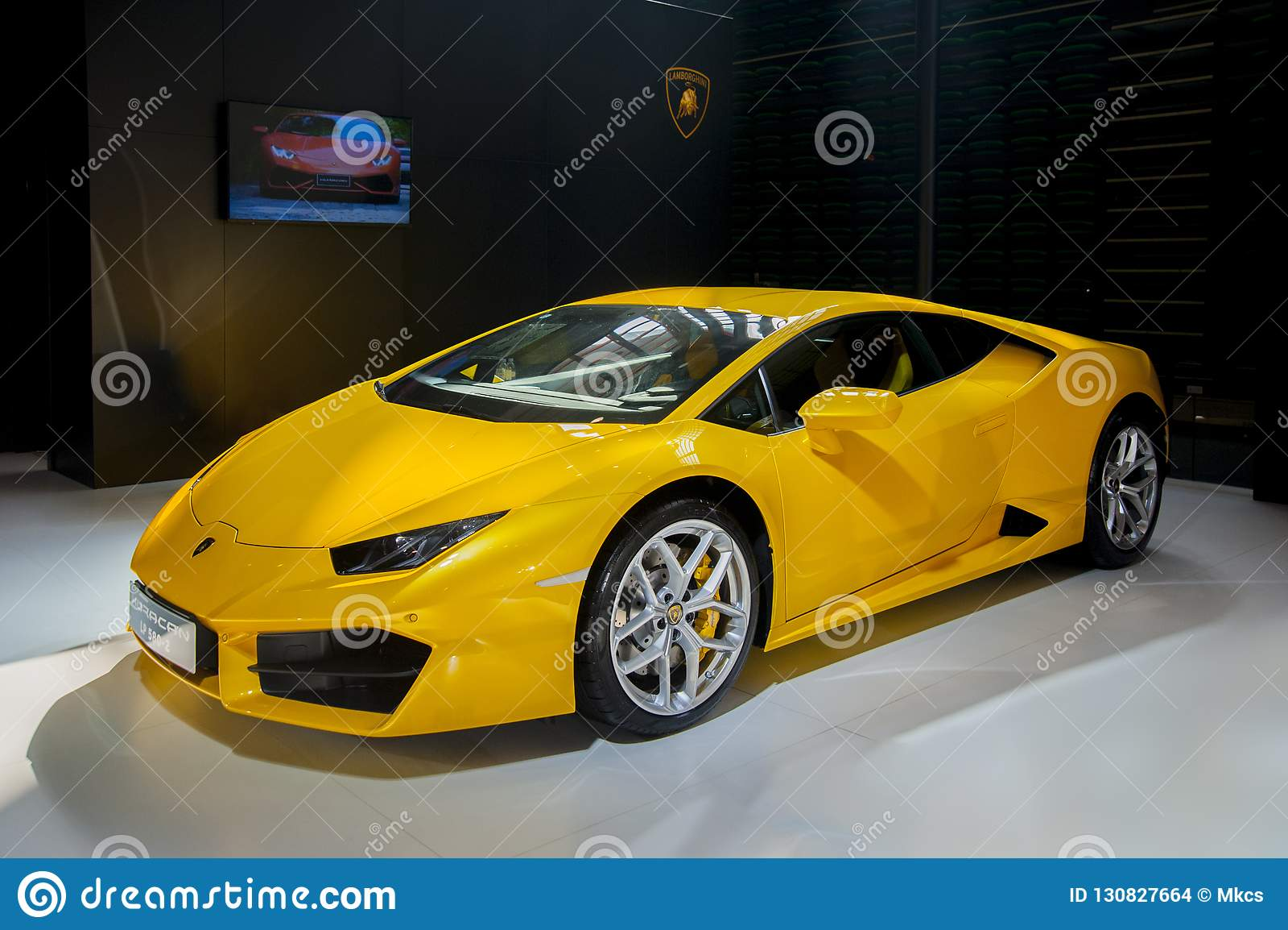 Voiture de sport jaune de Lamborghini