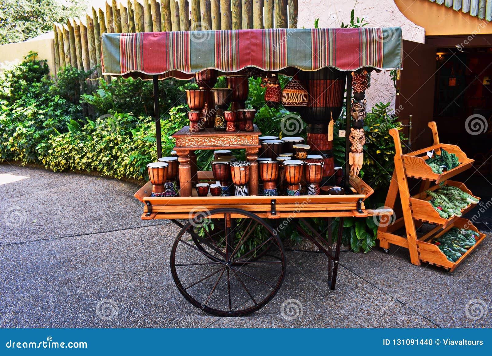 Voiture européenne de style avec les tambours africains et masque aux jardins Tampa de Bush