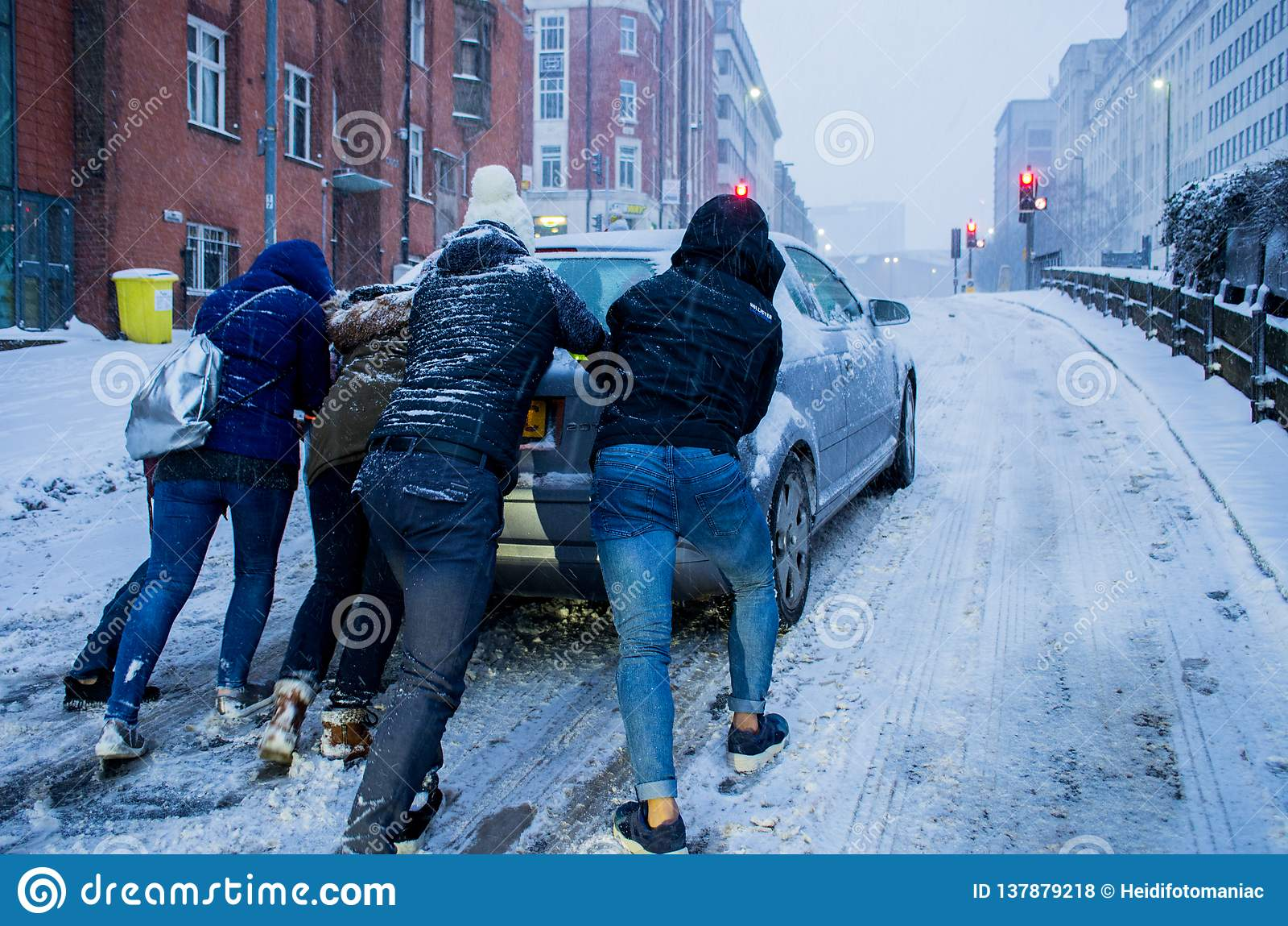 Voiture glissant dans la chute de neige importante à Birmingham, Royaume-Uni