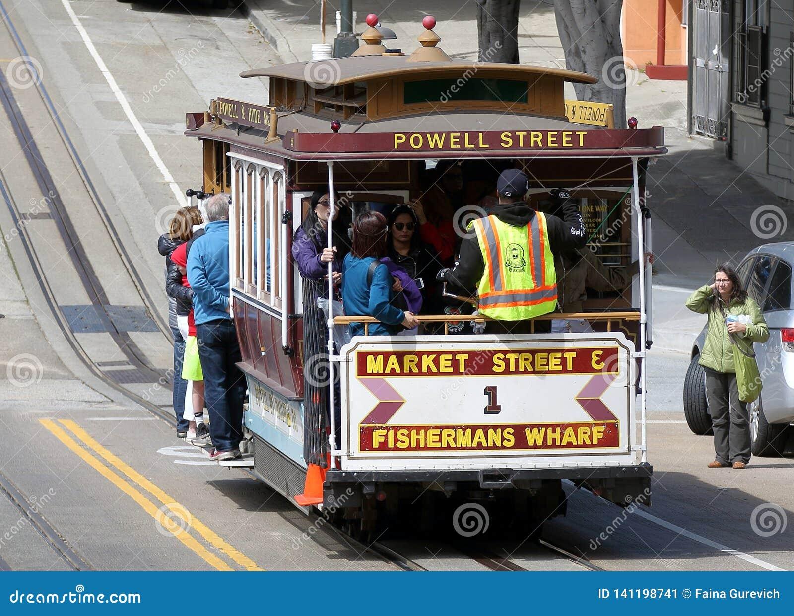 Voiture historique de rue transportant des passagers à San Francisco, CA
