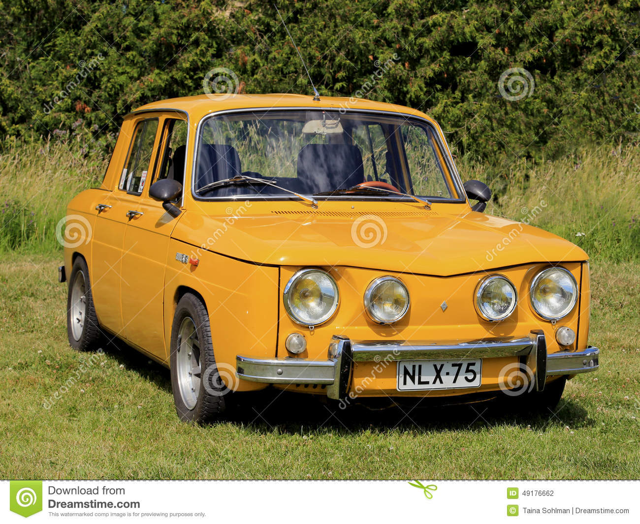 voiture jaune de renault 8s gar e sur l 39 herbe photographie. Black Bedroom Furniture Sets. Home Design Ideas