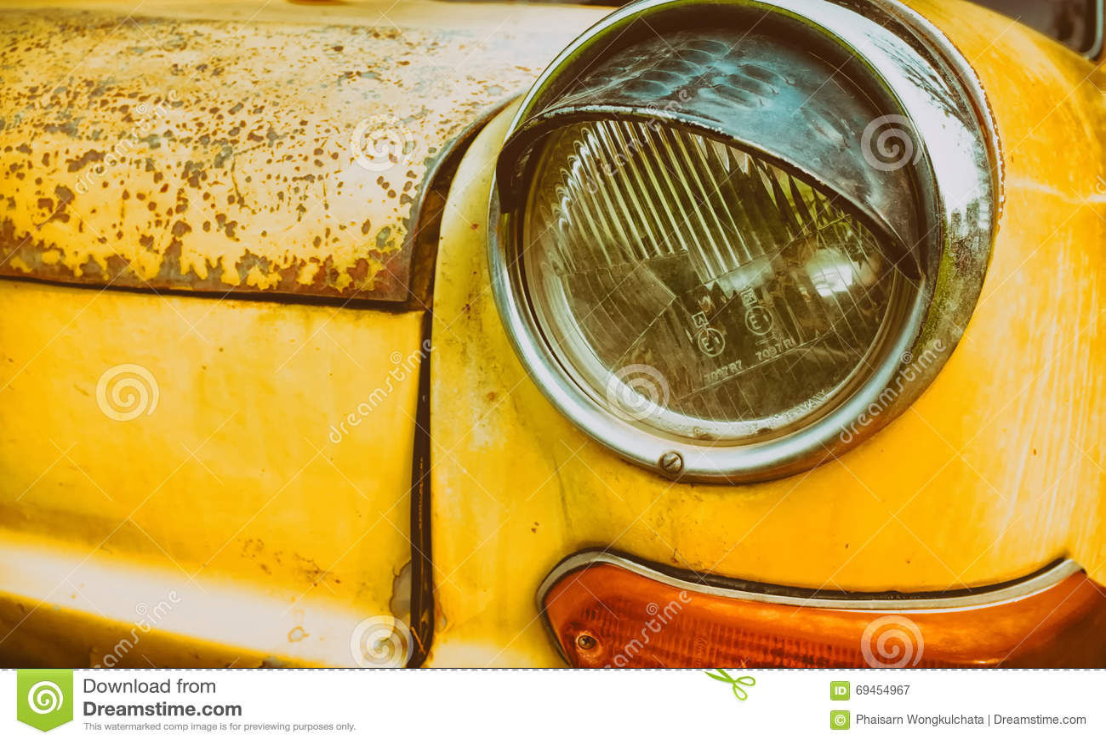 Voiture jaune de vintage de phare