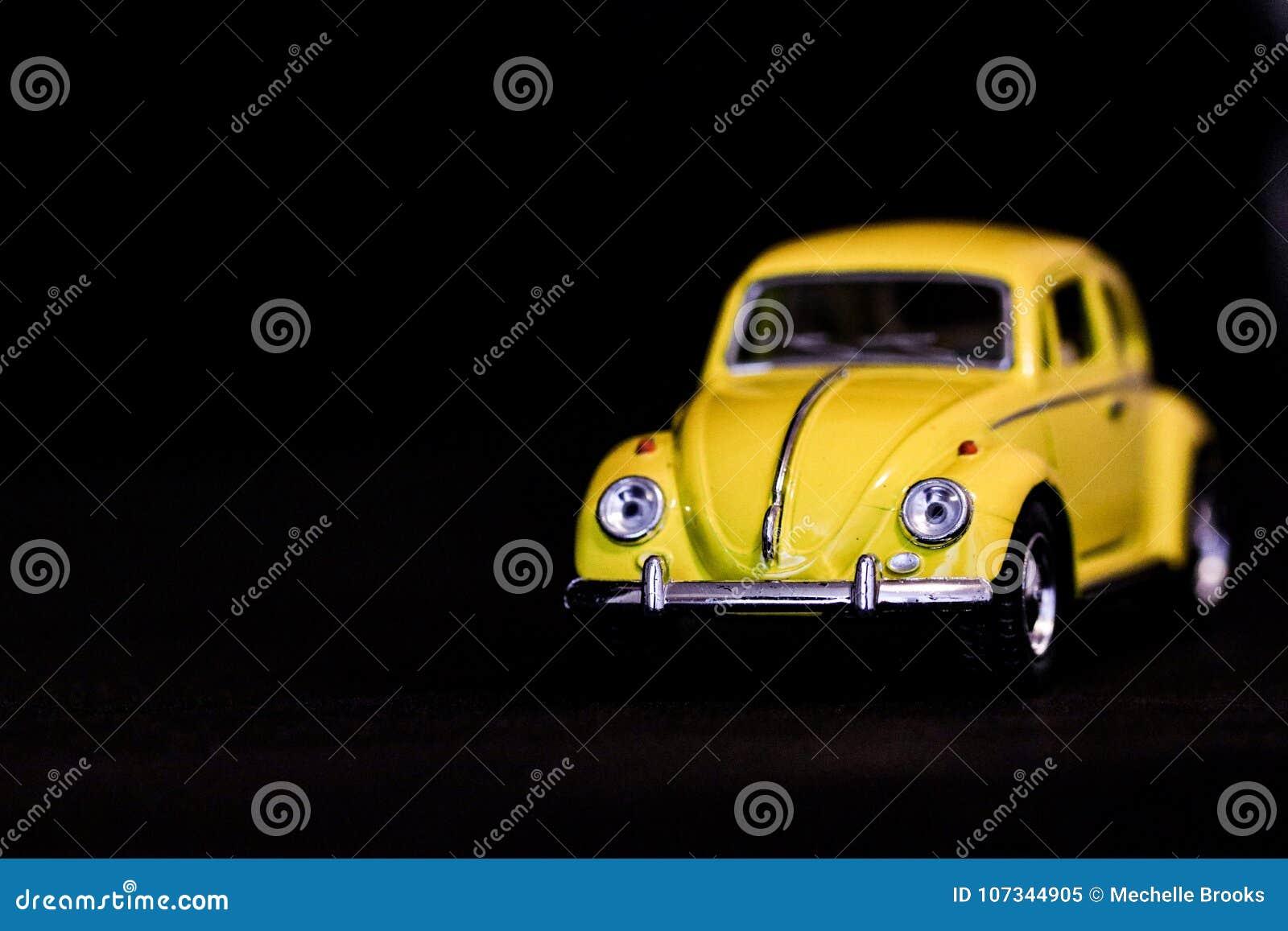 Voiture jaune minuscule
