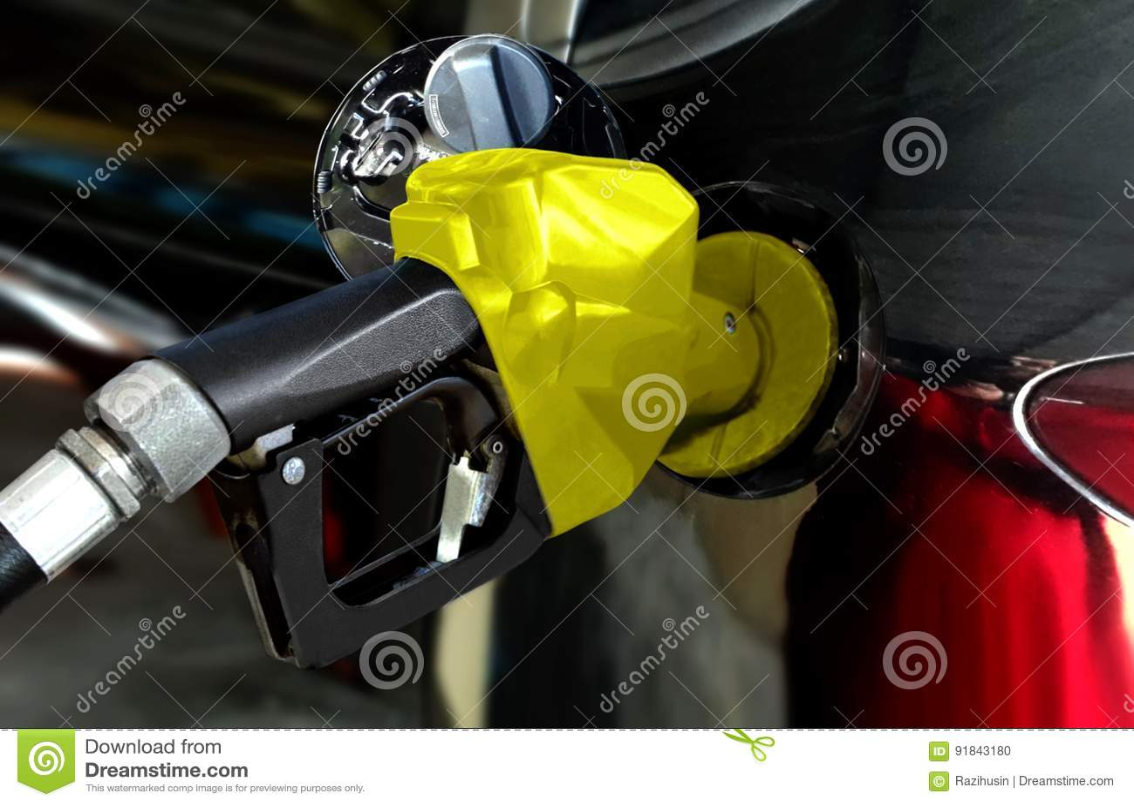 Voiture noire remplissant de combustible l essence à la station