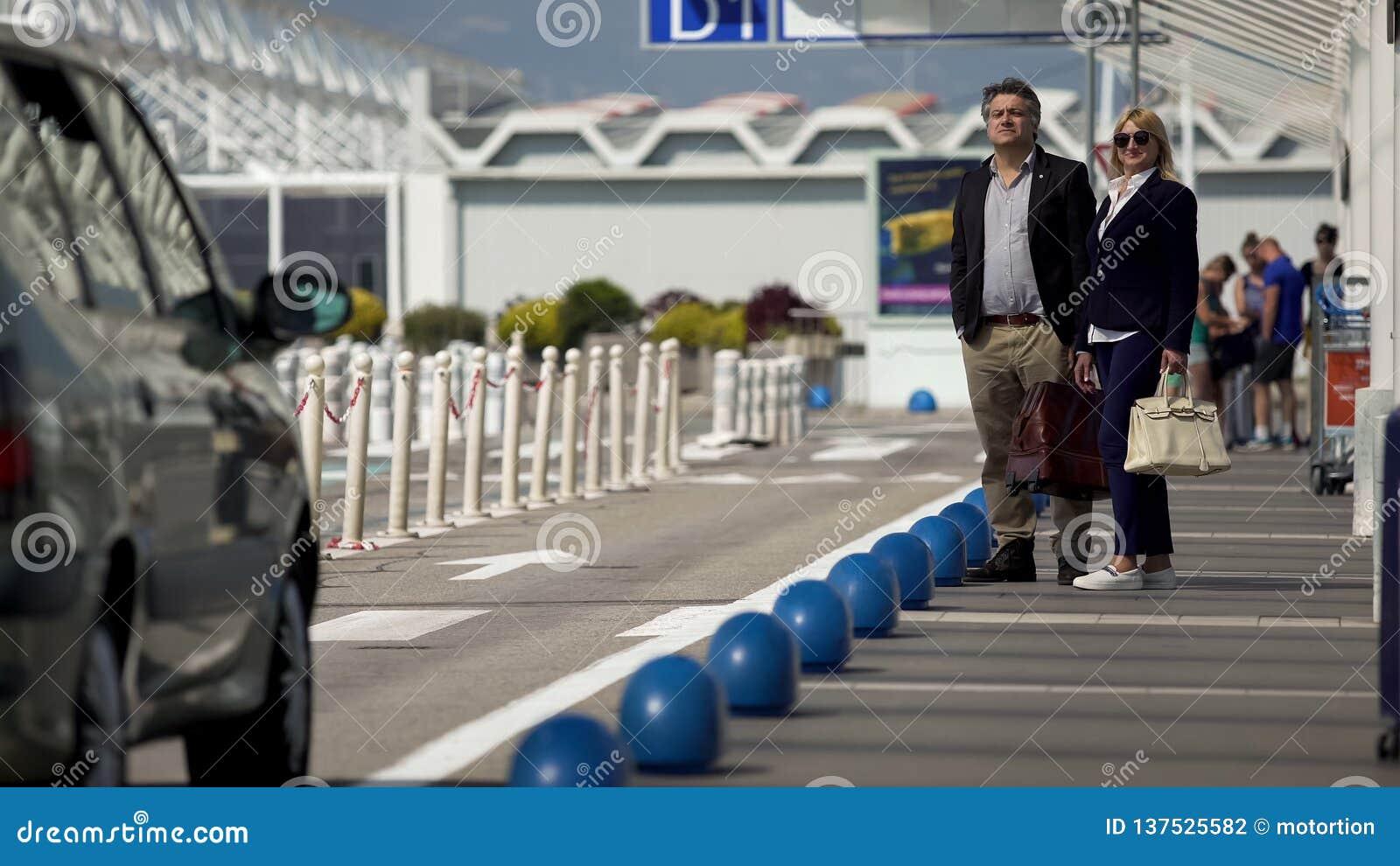 Voiture privée de attente de couples sûrs, hommes d affaires allant à se réunir