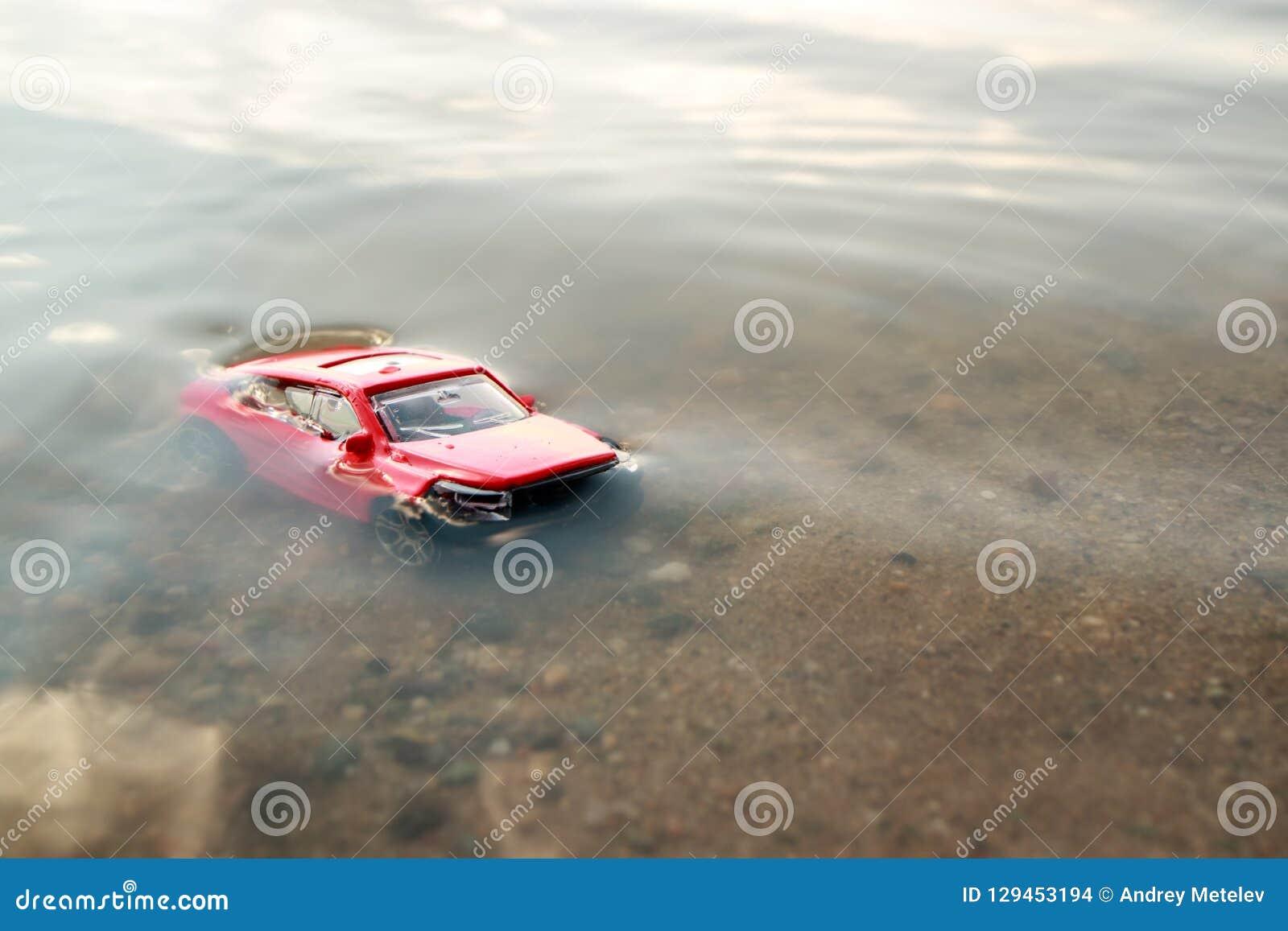 Voiture Jouet Submergée Dans Nous L'étang Rouge De L'eauNoyée GpqzMVUS