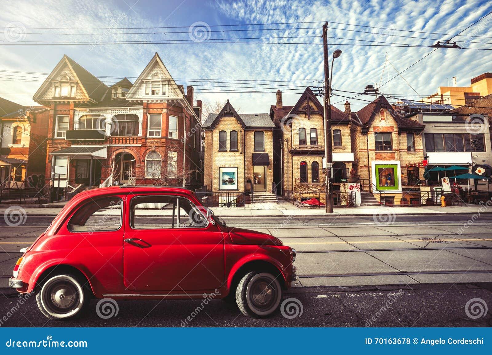 Voiture rouge de vintage dans la rue urbaine toronto