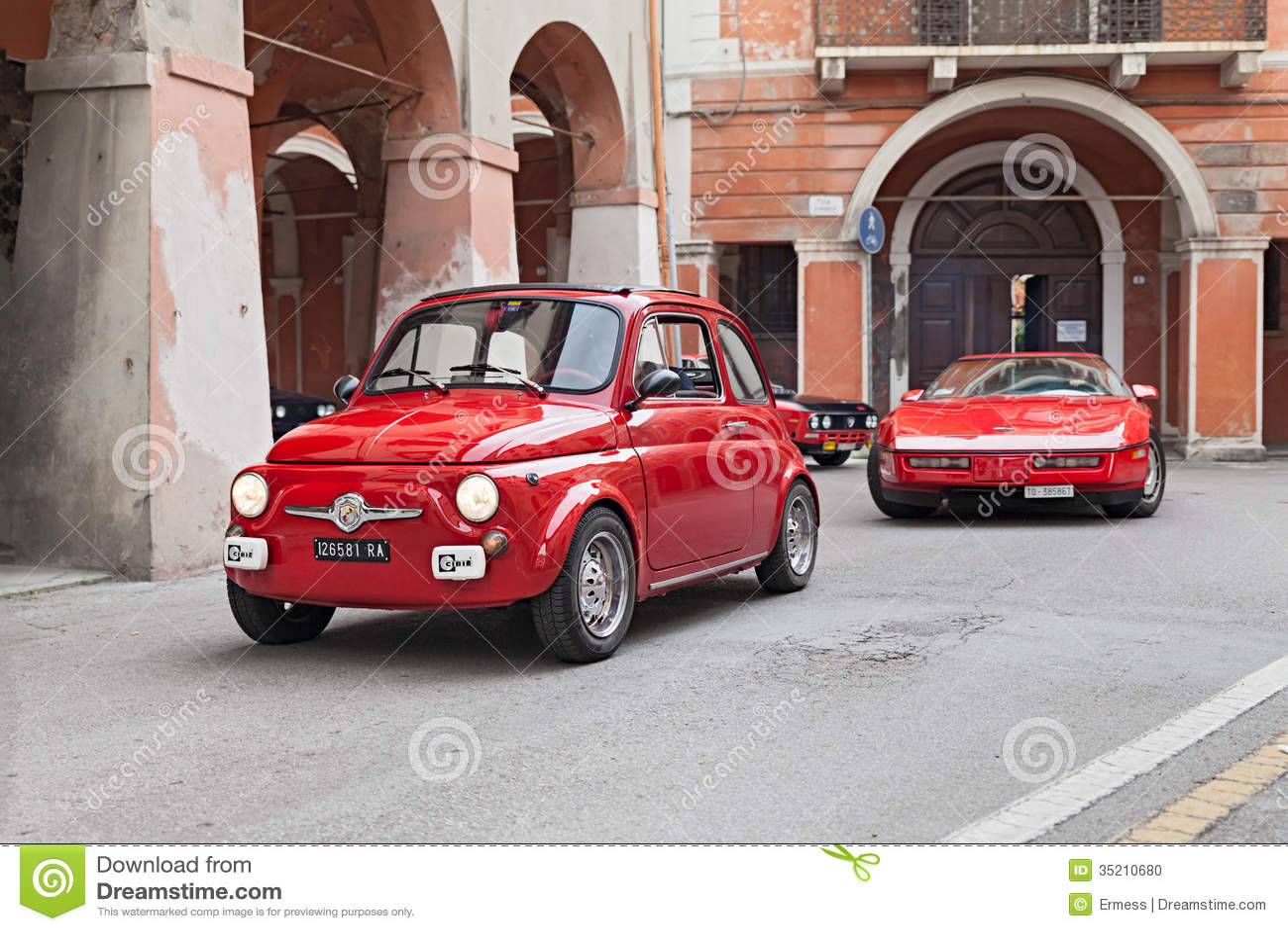 voiture rouge fiat 500 de vintage image ditorial image 35210680. Black Bedroom Furniture Sets. Home Design Ideas