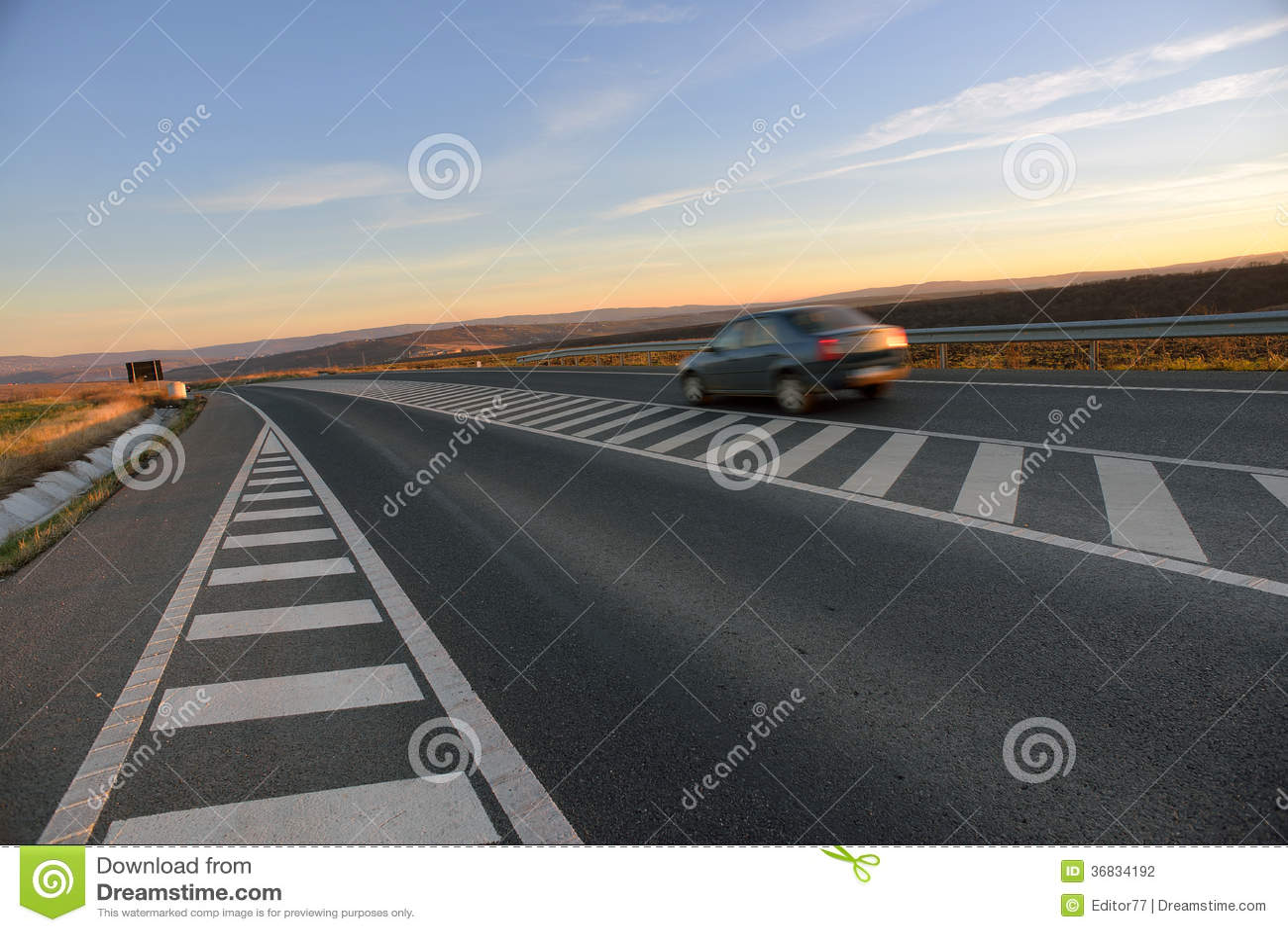 Voiture sur la route de route