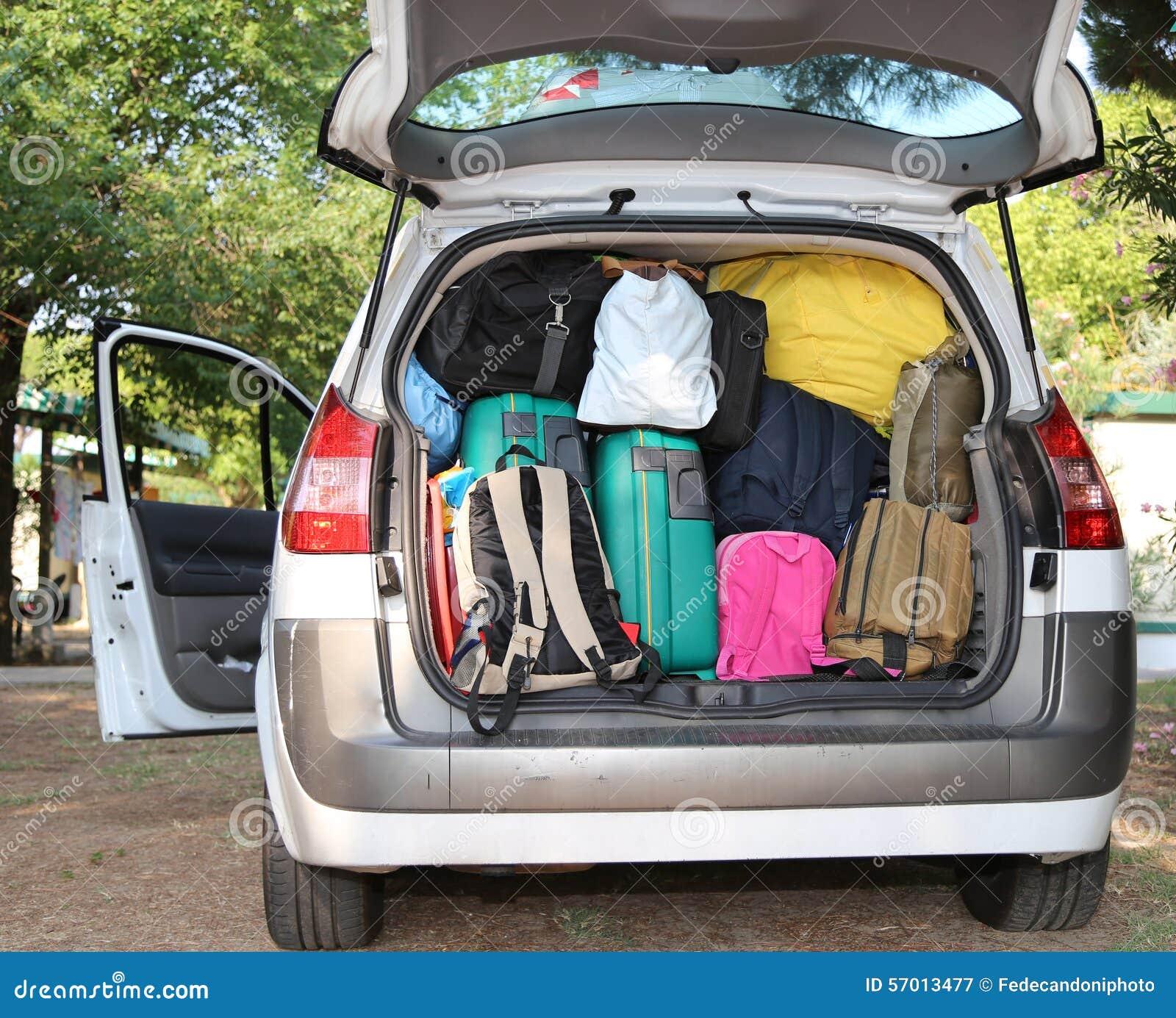 voiture surcharg e avec des valises pour le voyage image stock image 57013477. Black Bedroom Furniture Sets. Home Design Ideas