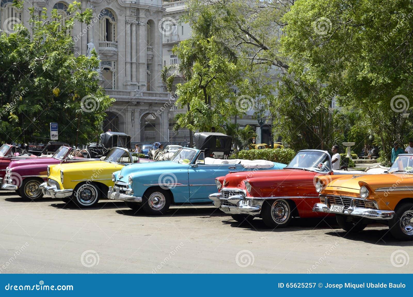 Voitures convertibles de vintage de différentes couleurs à La Havane (Cuba)