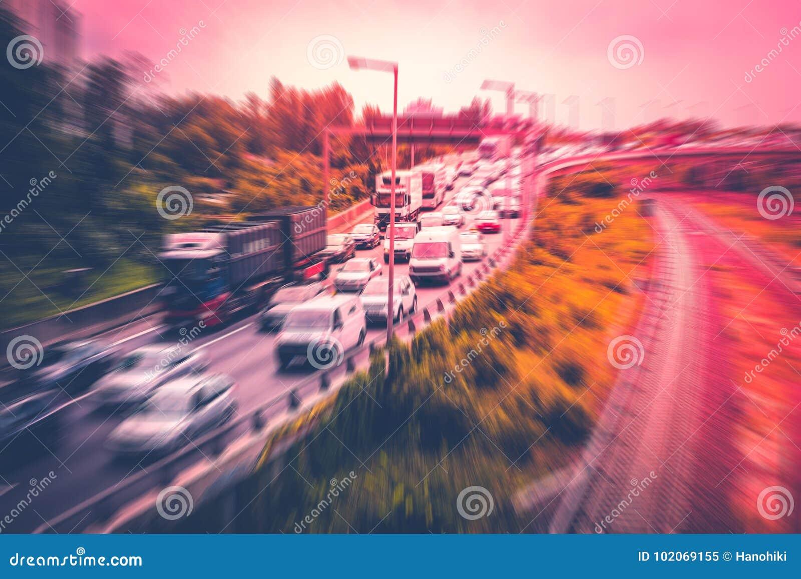 Voitures dans l embouteillage sur la route, tache floue de mouvement de concept