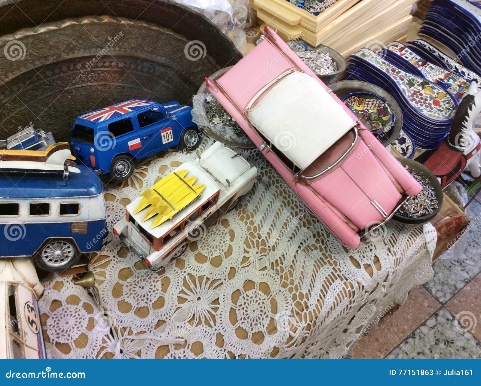 Voitures de jouet de vintage sur le marché aux puces dans vieux Yaffo (Jaffa, Yafo), Israël