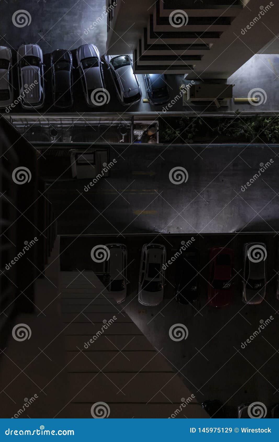 Voitures garées dans le parking de l hôtel
