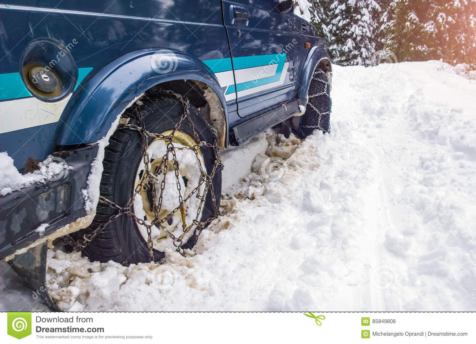 Voitures outre de la route avec des chaînes en difficulté dans la neige