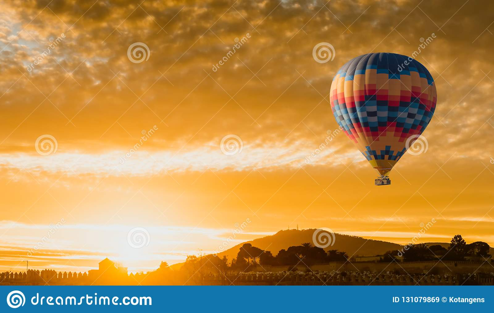 Vol chaud de ballon à air au lever de soleil jaune