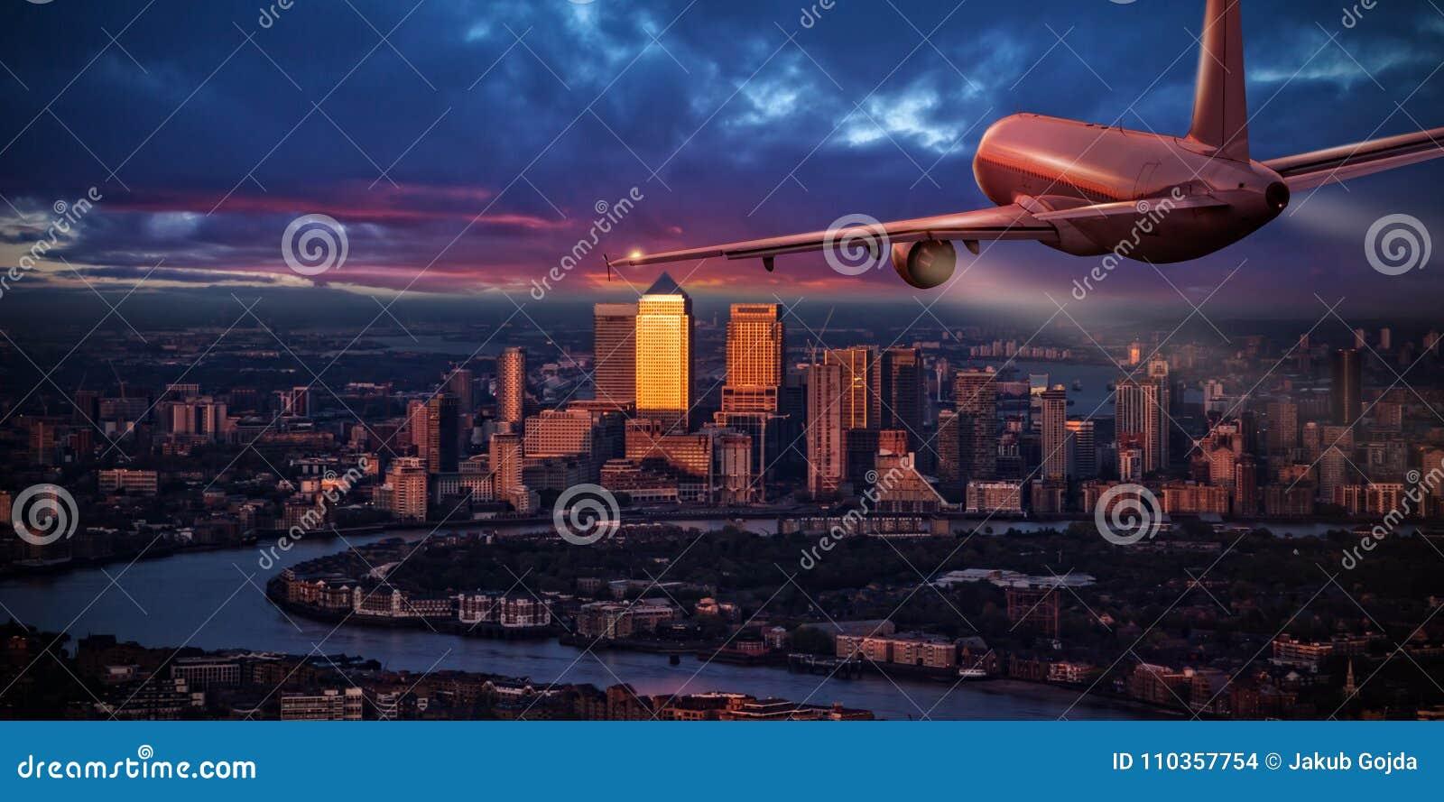 Vol d avion de ligne à réaction d avion au-dessus de district des affaires de Londres
