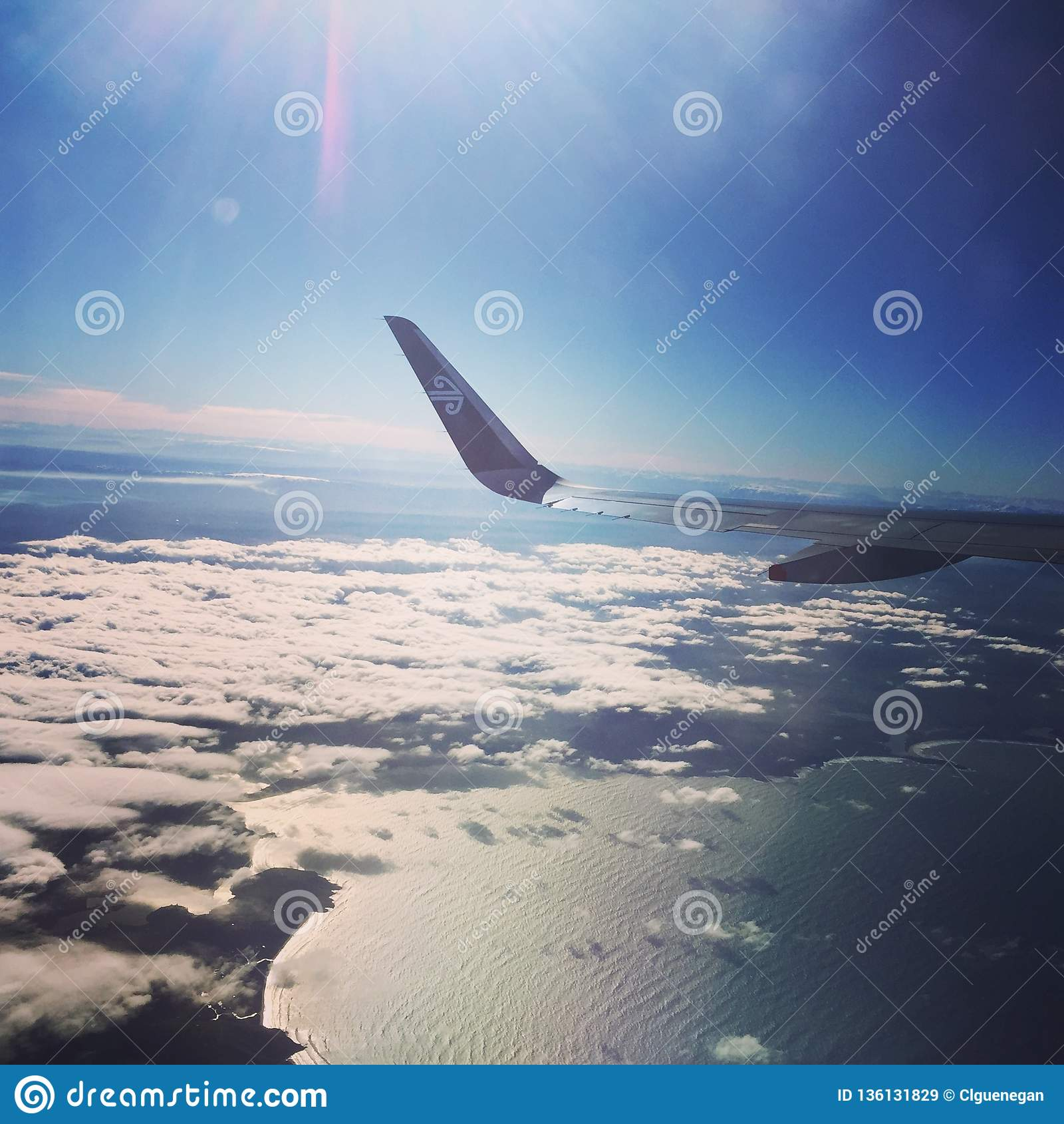 Vol de l aile de l avion d Air New Zealand au-dessus du Tahiti