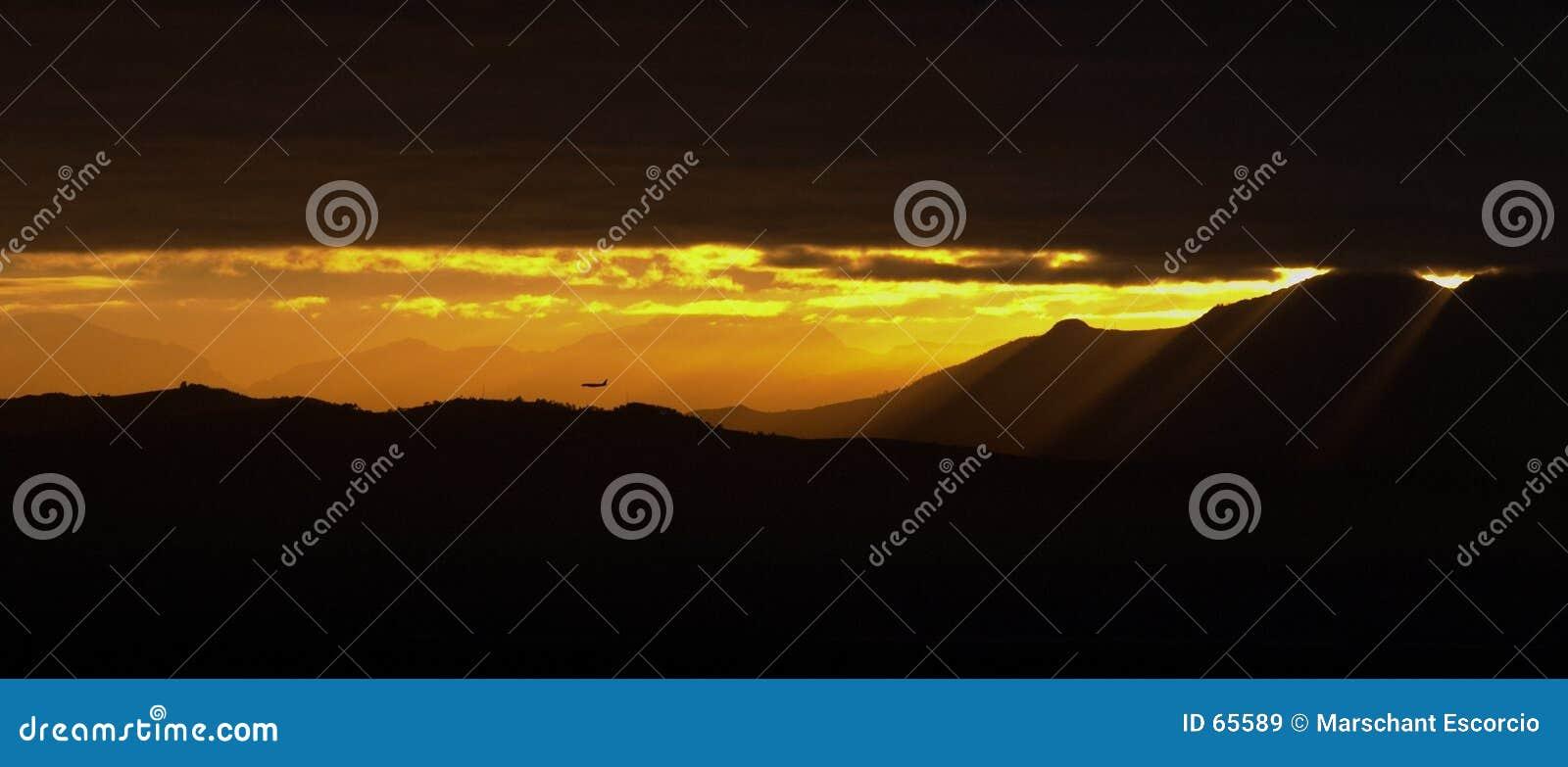 Download Vol De Matin Au-dessus Des Montagnes Image stock - Image du sunset, aéroport: 65589
