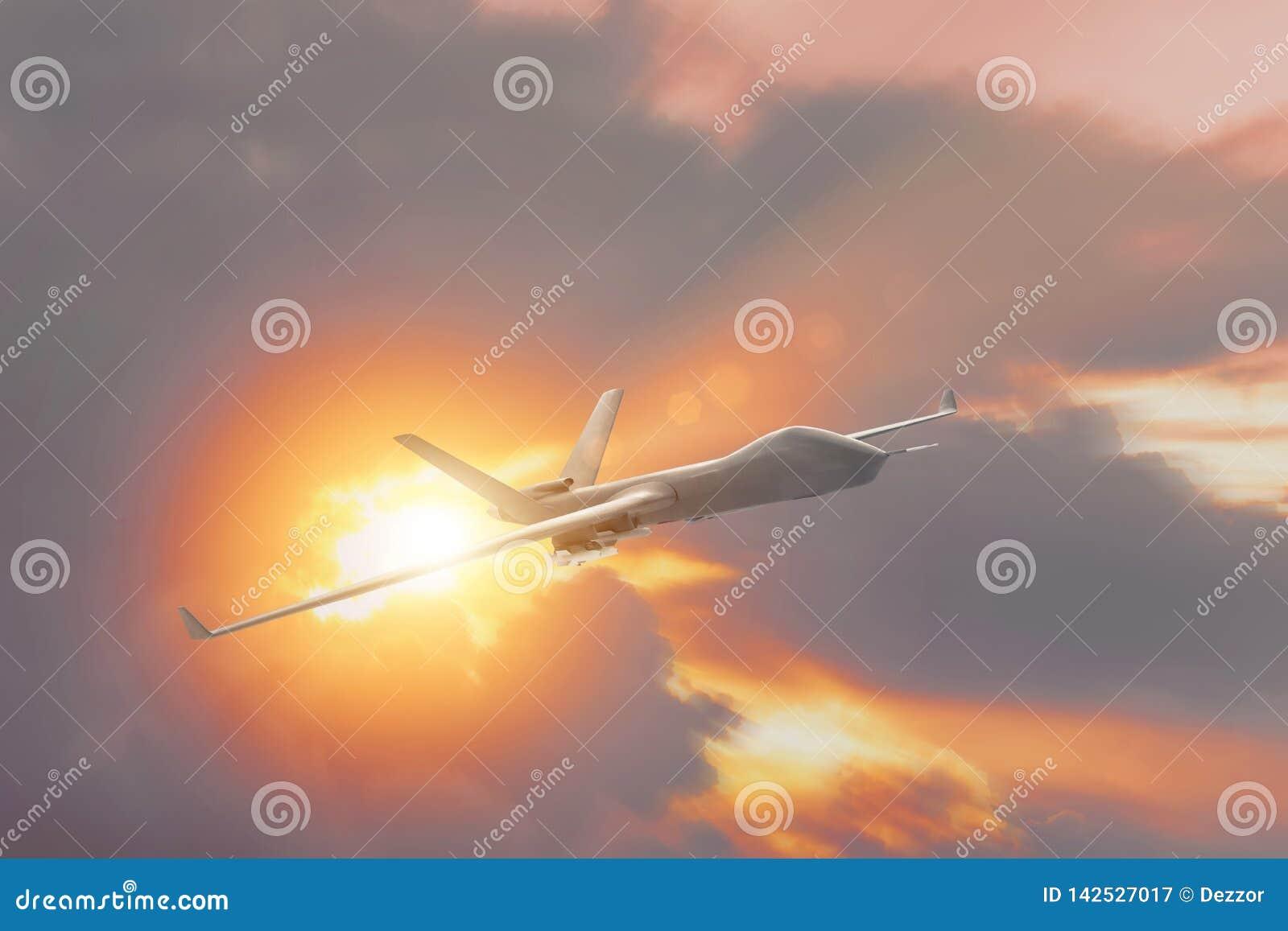 Vol militaire d UAV de bourdon au coucher du soleil, les rayons du soleil des nuages