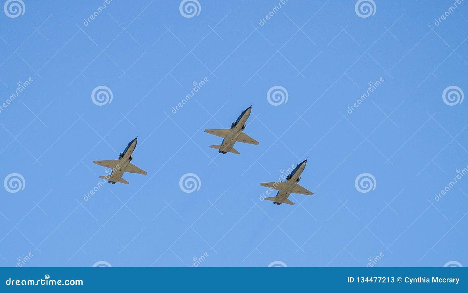 Vol militaire de jets au-dessus de voie de course