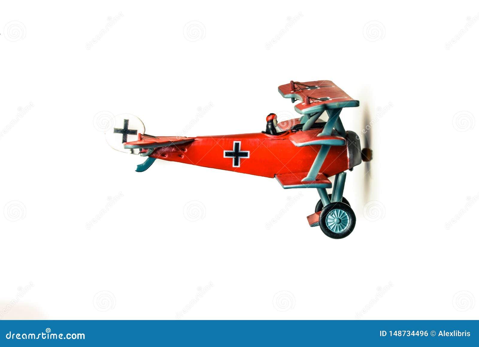 Vol modèle d avion rouge de baron au-dessus du fond blanc