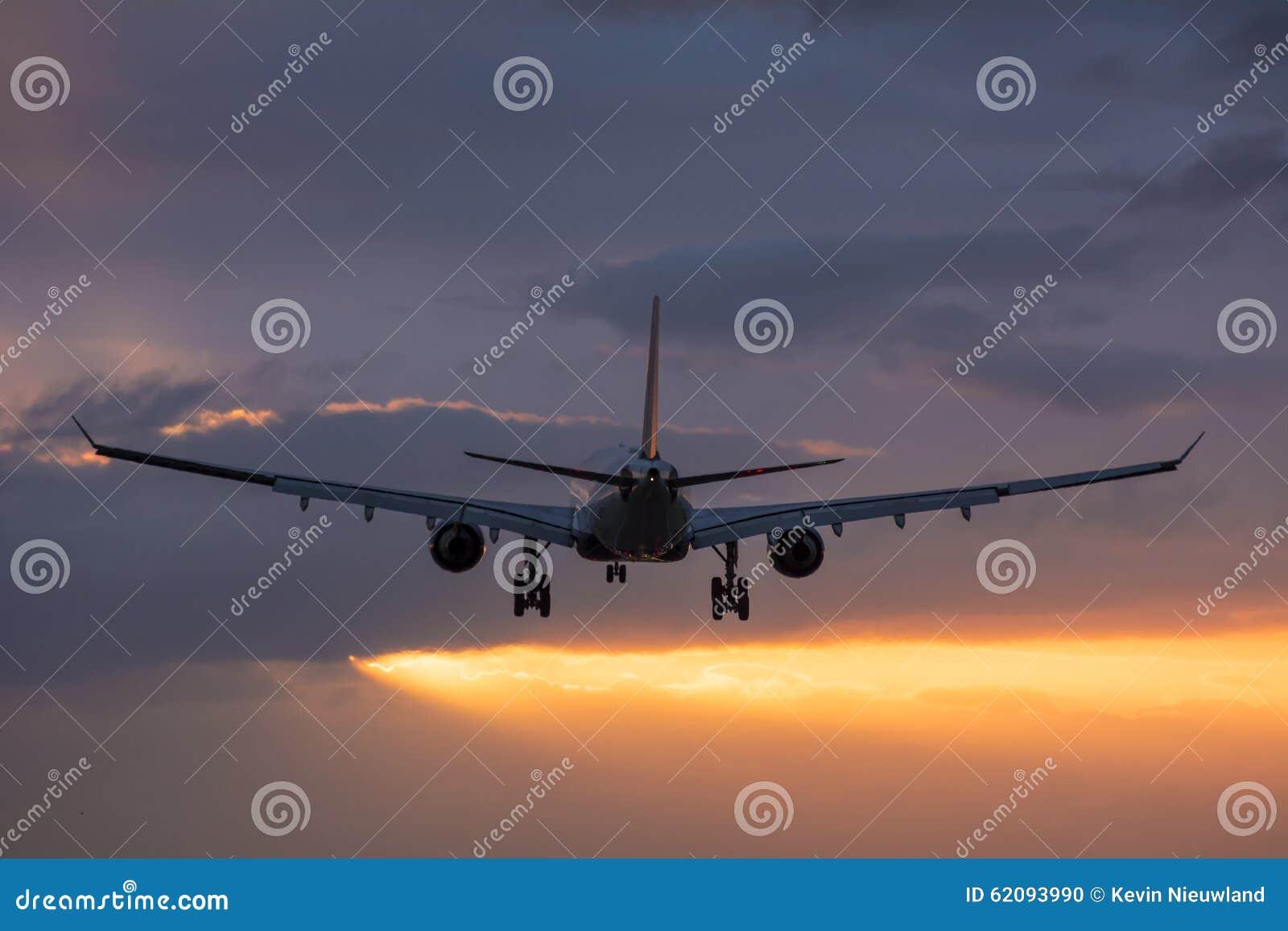 Vol plat vers la piste pendant un lever de soleil nuageux