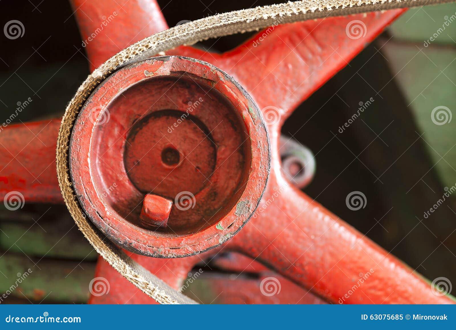 Download Volant Rouge Avec La Ceinture Image stock - Image du industrie, courroie: 63075685