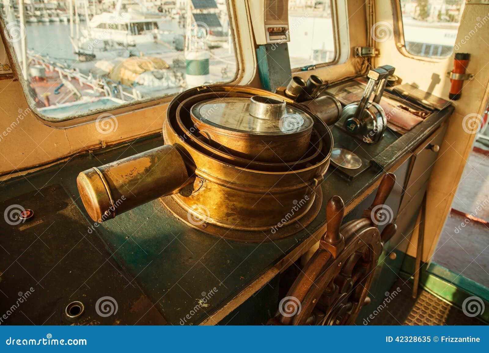 Volante antigo velho do cobre na cabina do piloto de um velho