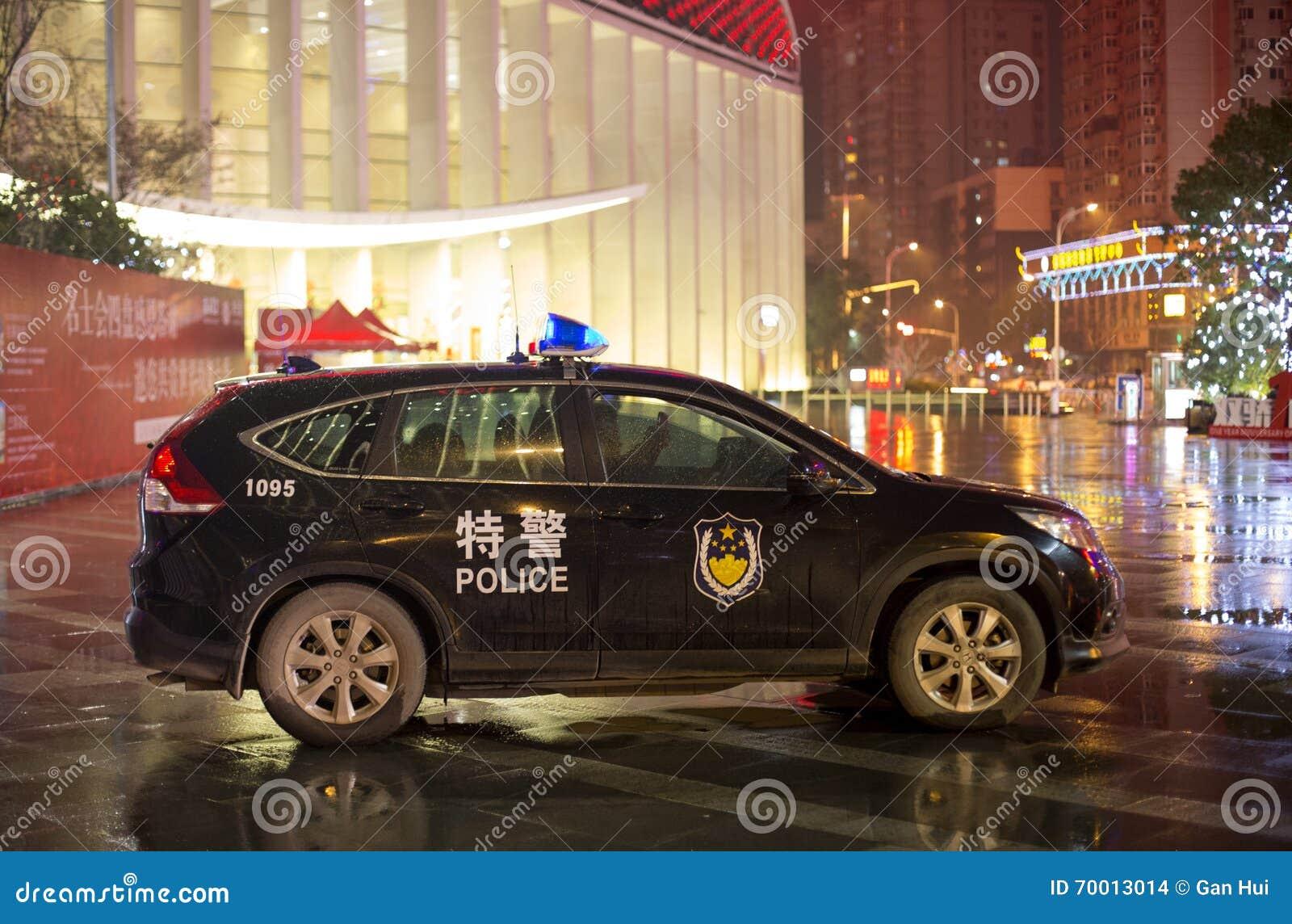 Volante della polizia cinese che custodice in Whan, Cina