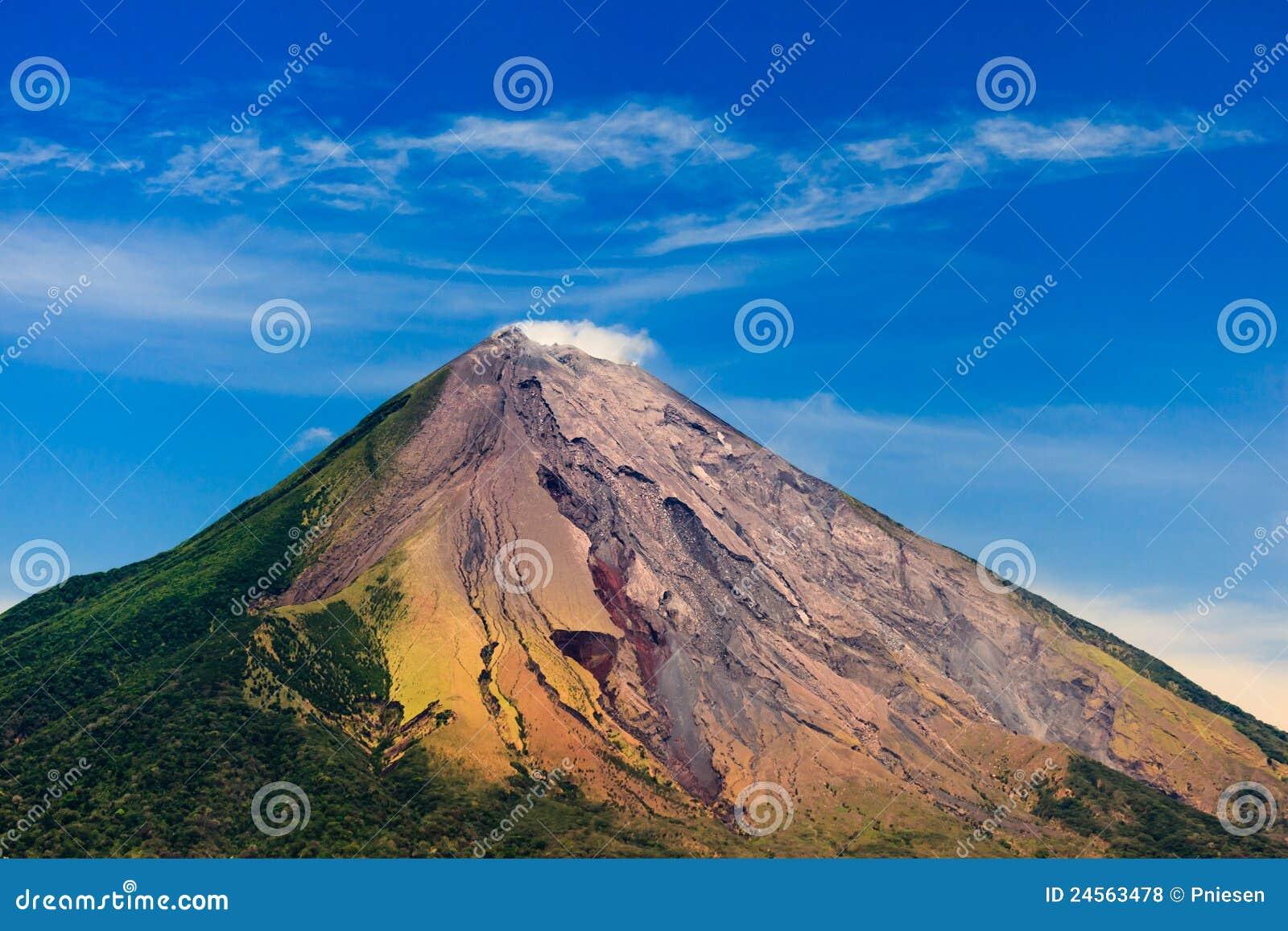 Volcán colorido del concepto