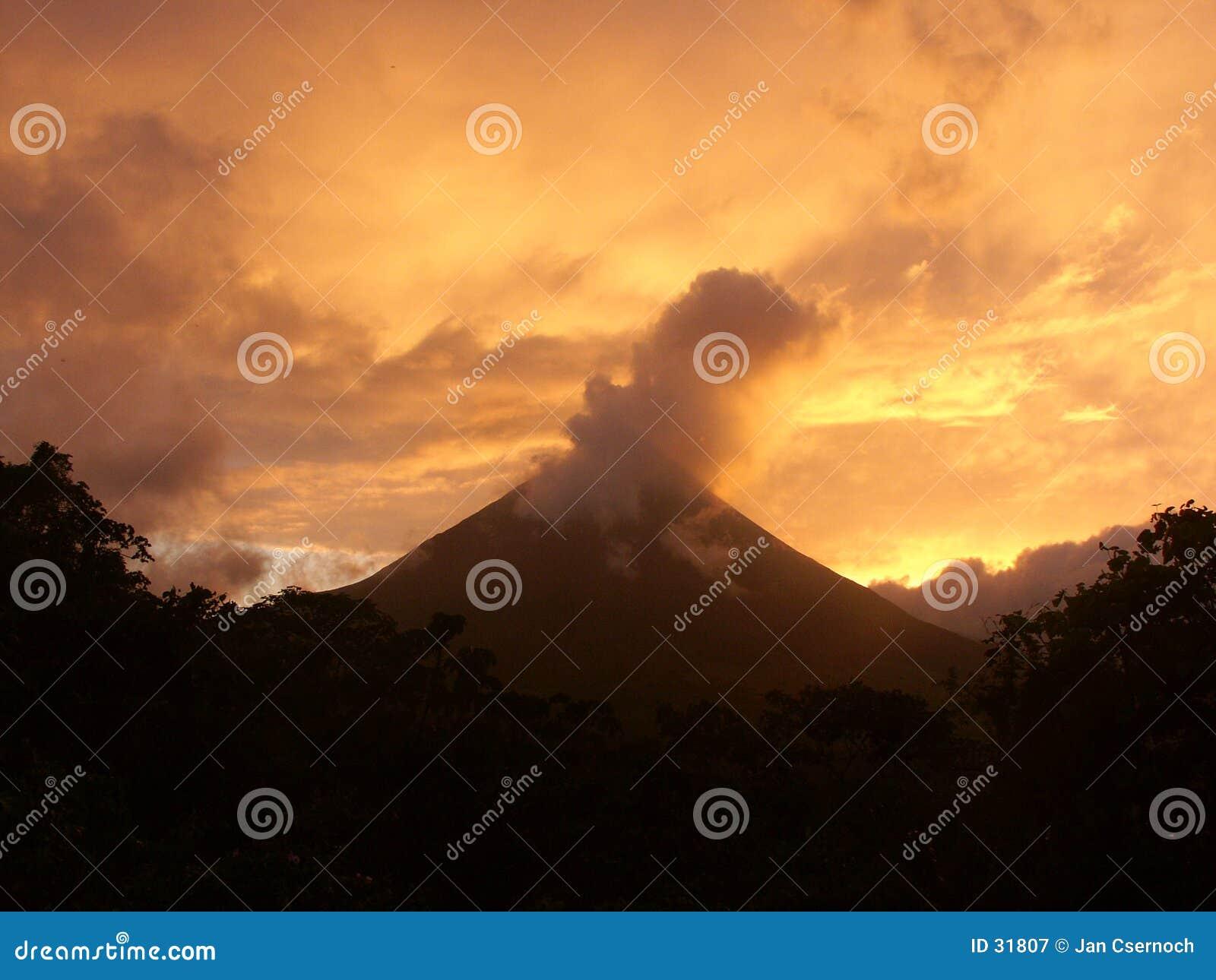Download Volcán De Arenal En El Amanecer Imagen de archivo - Imagen de silueta, bosque: 31807