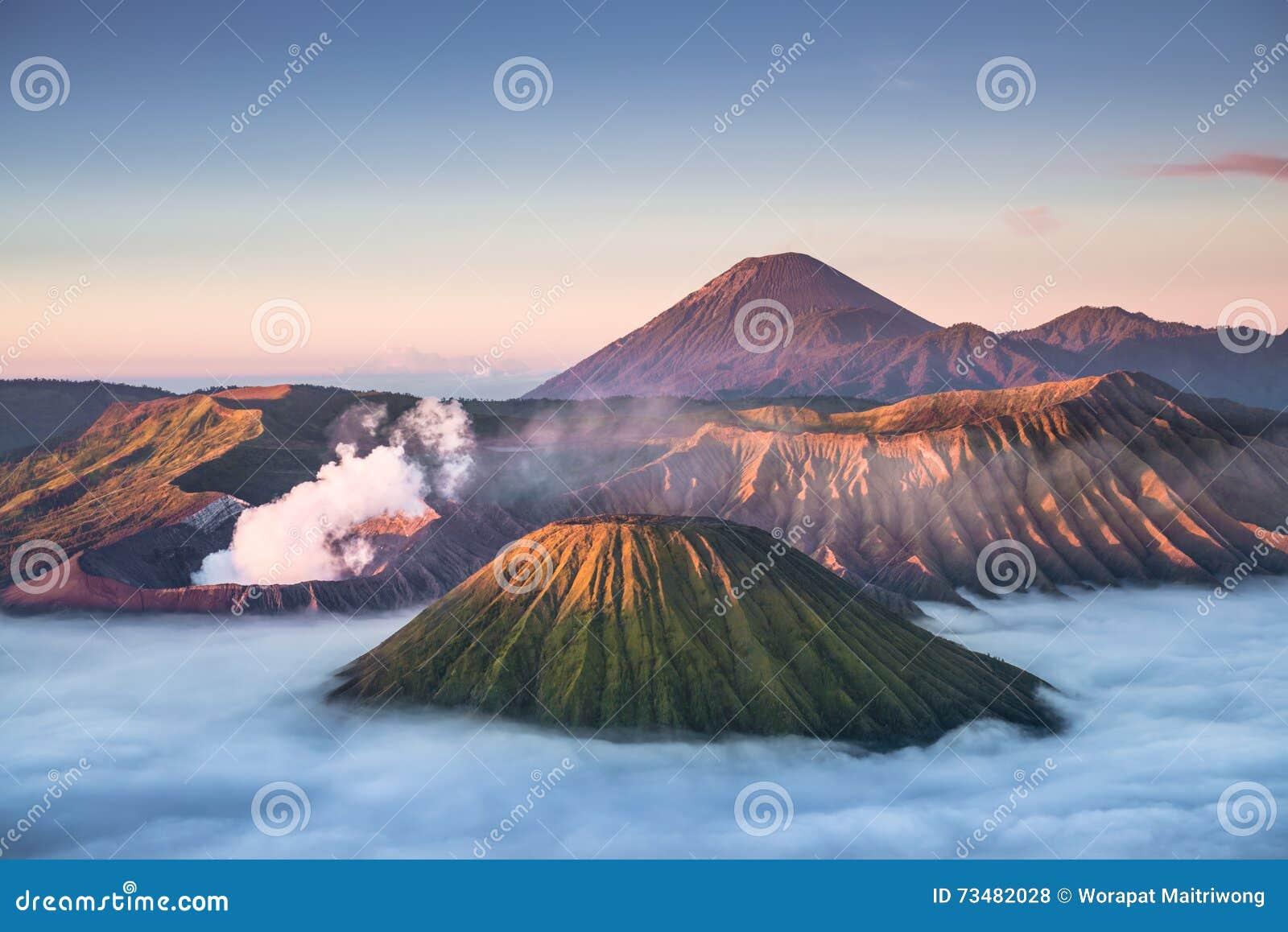 Volcán de Bromo del soporte durante salida del sol