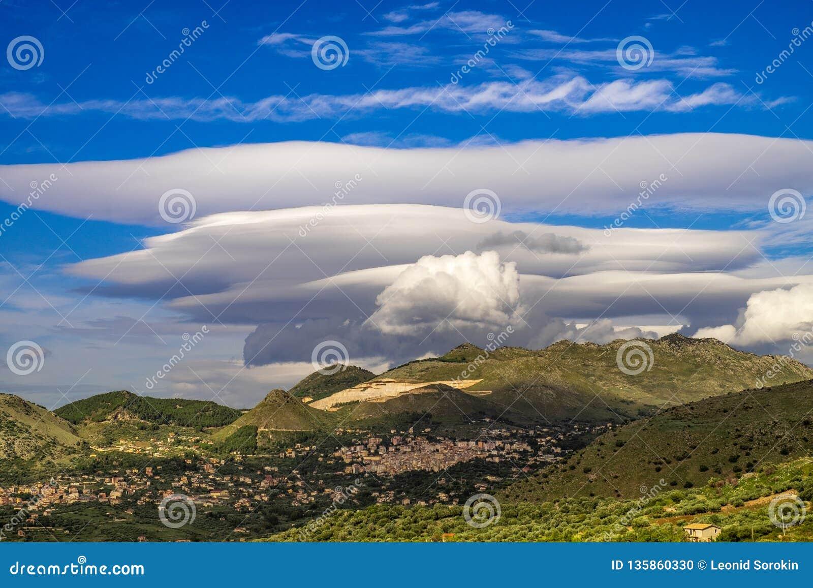 Volcano Etna bedeckte durch eine lenticolar Wolke, Sizilien