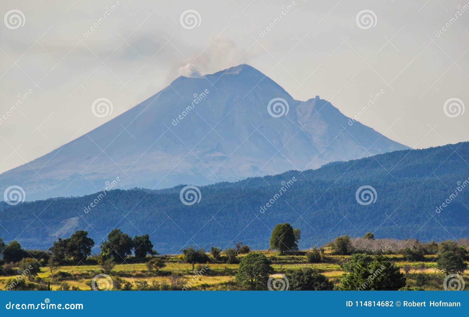 Volcano Popocatepetl au Mexique comportant de petits nuages de fumée